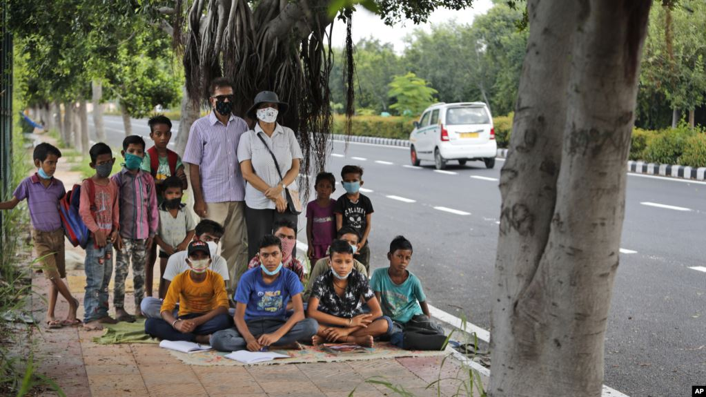 B185DC43 BACD 478D 9F28 4125C887CDF5 cx0 cy10 cw0 w1023 r1 s - Indian Couple Teach Outdoor Classes for Poor Students