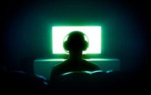 https   www.nirandfar.com wp content uploads 2018 07 gamer in front of tv 1080x675 1 300x188 - اربیتاس : جامعهی مجازی تجربه و یادگیری زبان انگلیسی